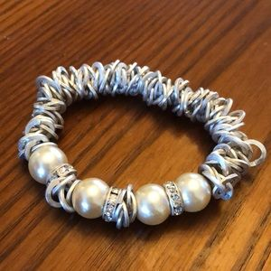 Jewelry - 🍓2/$20 || Silver and pearl stretchy bracelet